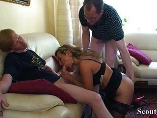 Paso hijo alemán y amigo seducen a mamá para obtener primera cogida