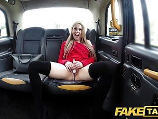 Fake taxi petite blonde toma consolador y polla en el asiento trasero