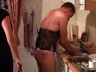 la señora ordena a la esclava sissy que haga las tareas domésticas