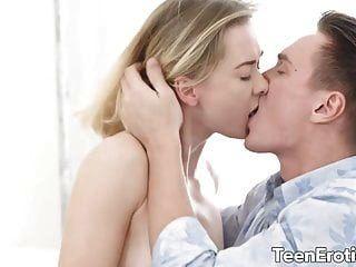 Nena rubia seduce a un chico con su gilipollas