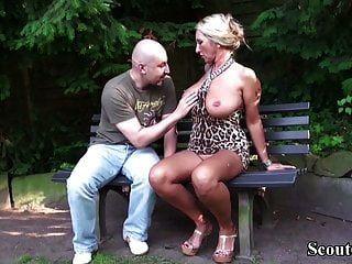 Tetas grandes alemanas MILF seducen a un extraño para follar en el parque