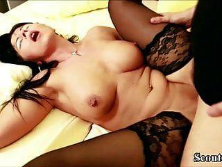 mamá alemana caliente en medias en cintas de sexo privadas con hijastro