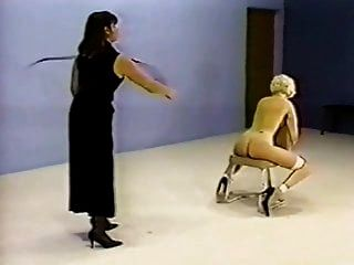 Las putas retro en la silla de azotes.