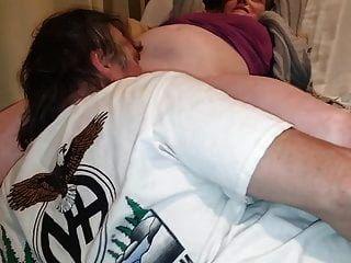 Tammy se deja chupar el coño hinchado y húmedo hasta que se corre