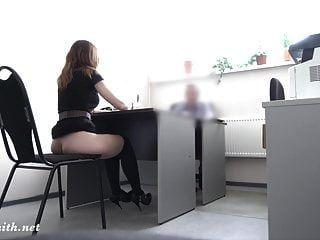 cámara oculta. Entrevista de trabajo real se convierte en espectáculo desnudo para el jefe