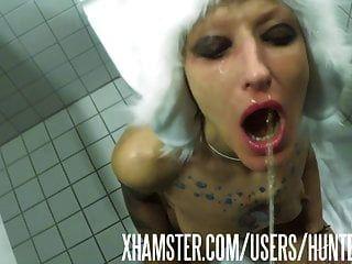 La puta del inodoro vilja recibe una carga de orina en su boca de puta