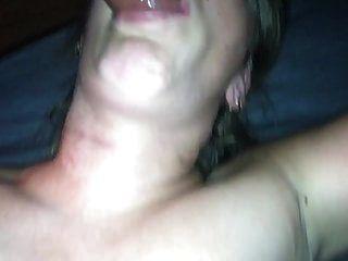 mi esposa folla caliente en la boca y se rocía en la cara