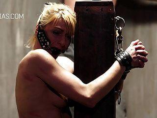 pobre esclava atada a un palo y azotada duramente