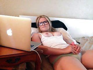 Chica con gafas se masturba viendo porno.