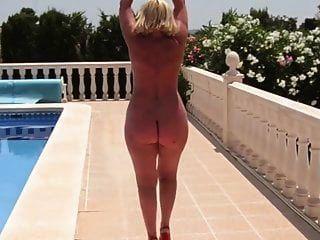madura con un desnudo culo desnudo camina por la piscina