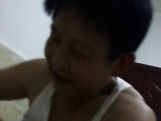 abuelita china tratando de satisfacer a su hombre en vaquera