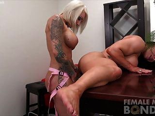 Dos lesbianas musculosas sexy femenina consolador joder
