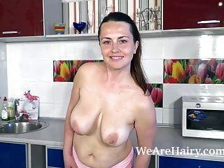 Animee se desnuda y se masturba en su cocina.