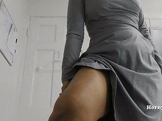 MILF hornylily muestra su gran culo y hace pis pov