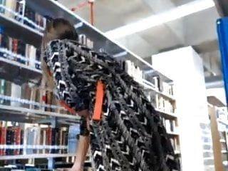 Blondie muestra su cuerpo sexy en la biblioteca