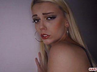 Sexo anal profundo en una habitación oscura del hotel