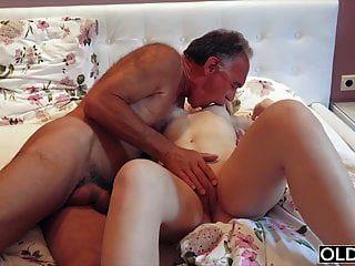 ninfómana chupa la polla del abuelo y tiene sexo con él en su cama
