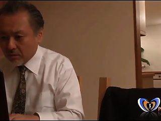 MILF japonesa obteniendo un orgasmo frente a su esposo