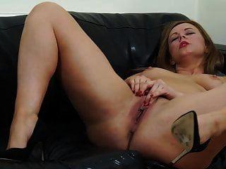 Mamá británica con gran culo y vagina hambrienta