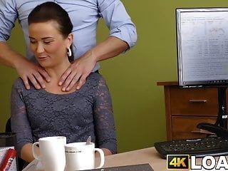 señorita golpeada aproximadamente en el cargo por acreedor colgado