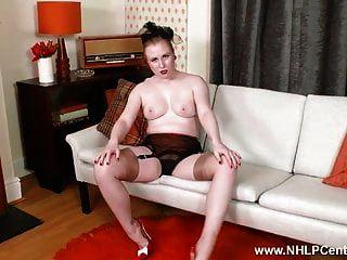 Rubia tiras de lencería retro se masturba en medias de tacón alto.