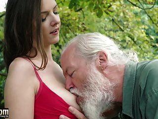 Linda adolescente seduce a un viejo y folla hardcore obtiene lamer coño