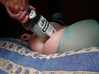 esposa caliente dejó al marido poner una botella grande y puño en su coño