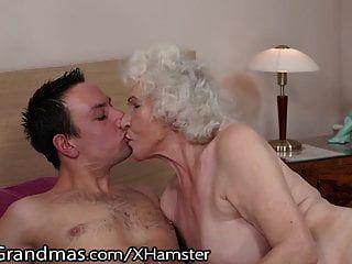 Lustygrandmas sensual abuelita usa una caja peluda para montar