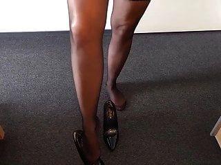 Alysha pelando en traje de látex, medias y tacones altos