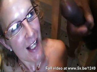 Francoise toma una polla negra en el culo