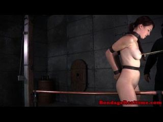 Dildofucking áspero dominatrix atormenta bebé